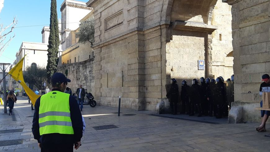 Face à face entre des gilets jaunes et les forces de l'ordre à Montpellier pendant l'acte 19