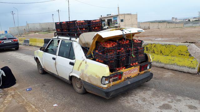 Entre la Jordanie et la Syrie, les échanges économiques ont repris. Outre le transport de personnes, les chauffeurs exportent et importent des fruits et légumes.