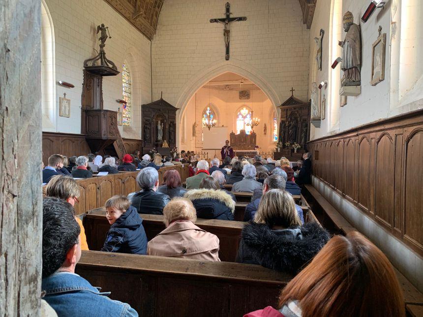 Ce dimanche, l'église de Marques est pleine.