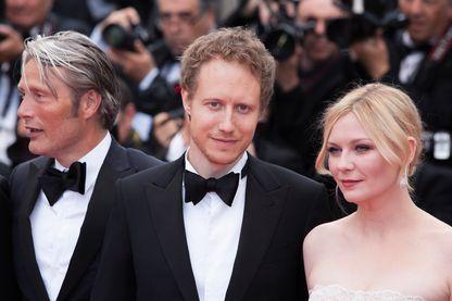 László Nemes (au centre), réalisateur de cinéma hongrois, entouré de Mads Mikkelsen et Kirsten Dunst lors du festival de Cannes 2016.