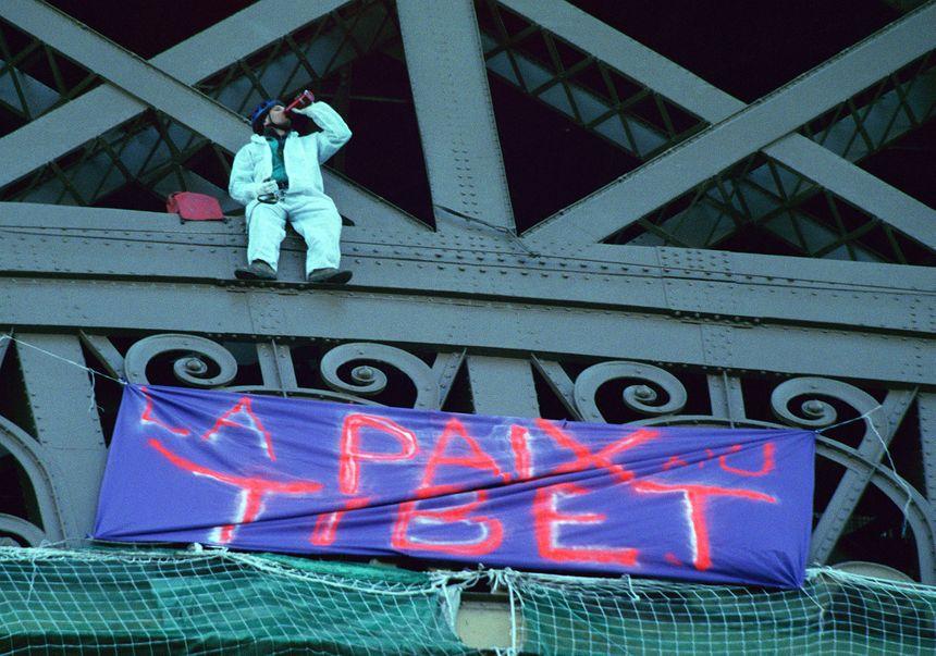 En 2002, une quinzaine de militants de la cause tibétaine escaladent la Tour Eiffel pour accrocher des banderoles