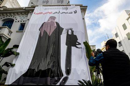 Caricature géante de Mohammed ben Salmane, Prince héritier d'Arabie saoudite, tenant une tronçonneuse.