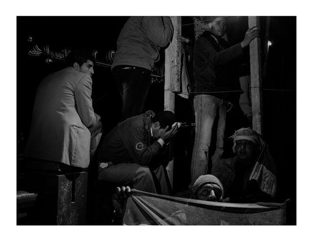 Égypte, Caire, 2011, Scene #4746 © Alex Majoli / Magnum Photos. Des manifestants place Tahrir écoutent le discours du président Hosni Moubarak, dans lequel il annonce qu'il ne rennoncera pas au pouvoir.