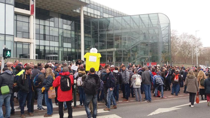300 salariés des papeteries Arjowiggins sont rassemblés le 20 mars 2019 devant le tribunal de commerce de Nanterre. 900 emplois sont menacés, essentiellement en Sarthe