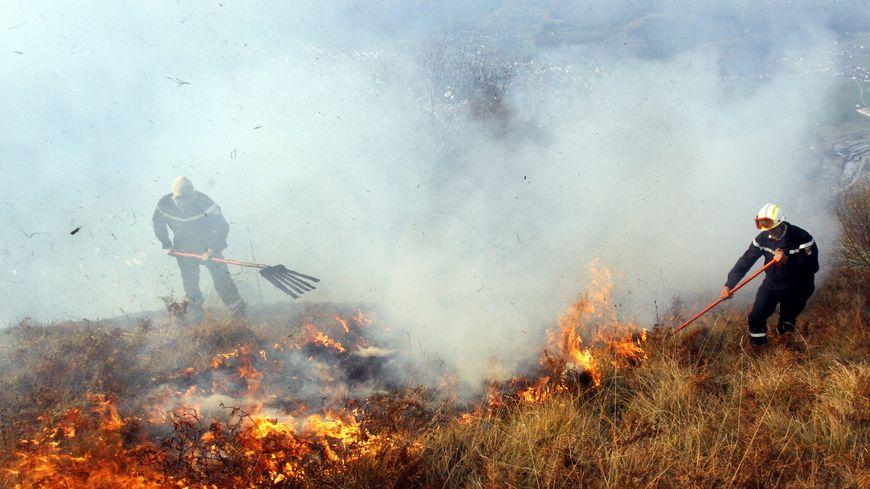 Les pompiers luttent contre un feux d'écobuage dans les Pyrénées