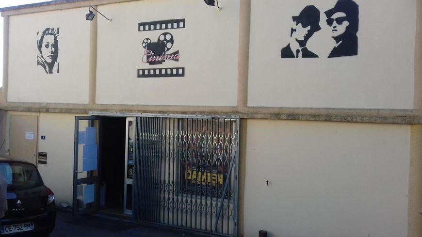 La façade de la salle du cinéma de Ruoms