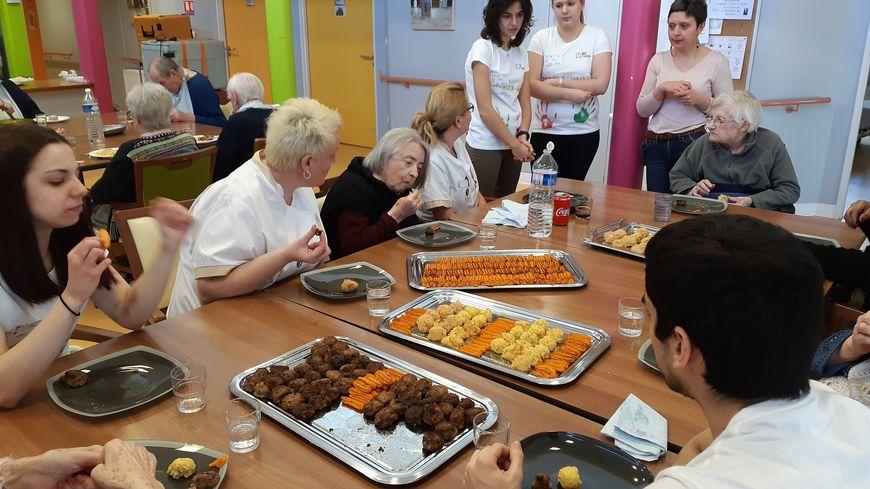 Gazpacho, boulettes de boeuf, gratin de pâtes, quenelles de carottes et gâteau chocolat-ananas, c'est le menu concocté par les quatre étudiants de l'IUT d'Évreux