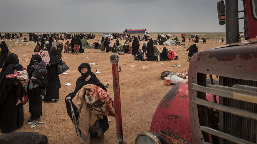 Aux environs de Baghouz, dans l'est de la Syrie, des femmes qui ont fui cette ville, dernier réduit du califat de l'EI