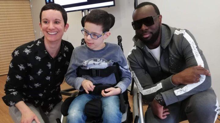 rencontre un garçon dans un fauteuil roulant brancher à Arlington