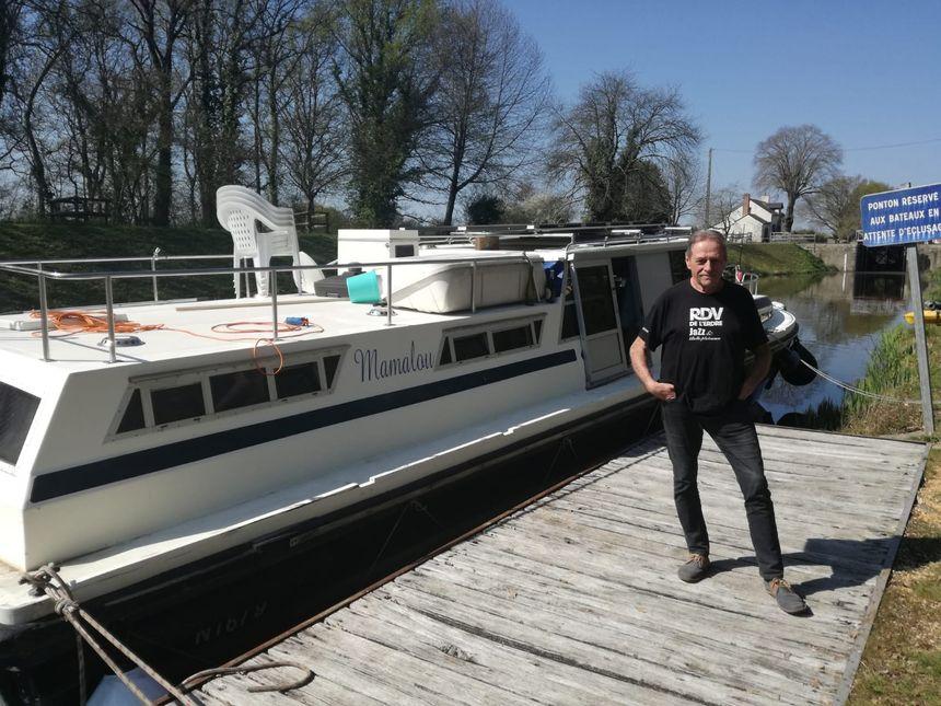 Un bateau anglais racheté d'occasion par Guy, qui l'a aménagé. il habite dedans.