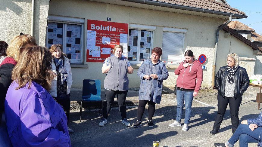 Les ex-salariées de Solutia dans le nord Franche-Comté sont venues exprimer leur ras-le-bol devant le siège de l'entreprise à Sainte-Marie (25)