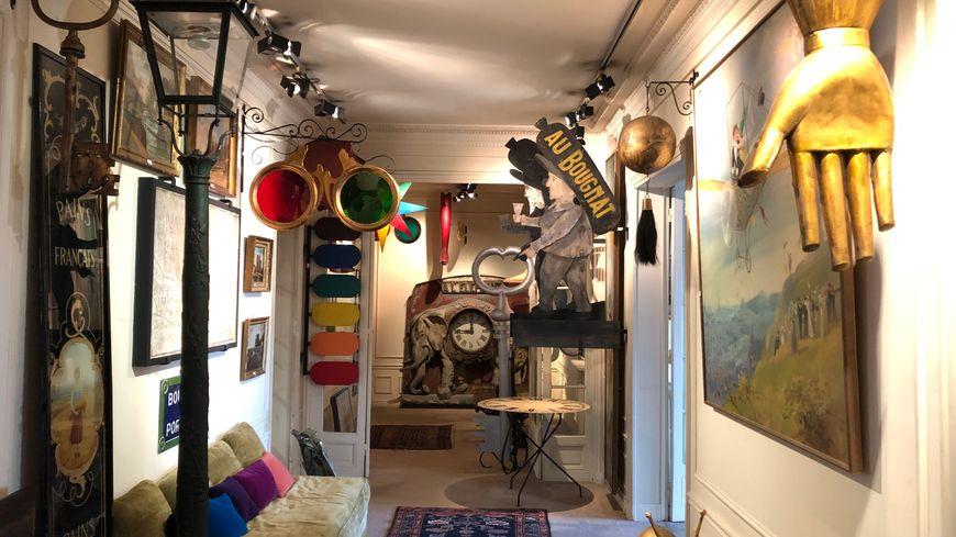 Une partie des objets exposés dans l'appartement Debuisson, qui seront mis en vente aux enchères.