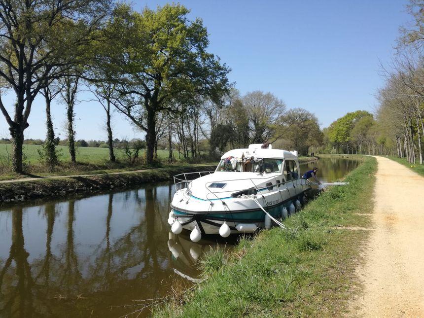 Pause déjeuner lors de l'enterrement de vie de garçon sur le canal de Nantes à Brest