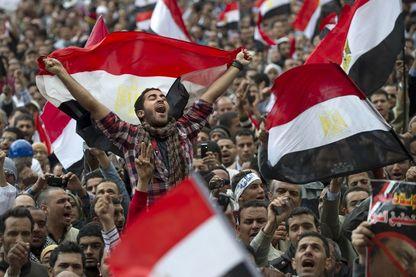 Des manifestants antigouvernementaux égyptiens brandissent des drapeaux égyptiens sur la place Tahrir du Caire le 10 février 2011, le 17e jour des manifestations contre le régime du président Hosni Moubarak.