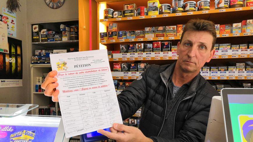 Comme ma plupart des commerçants du village, Bruno propose à ses clients de signer la pétition