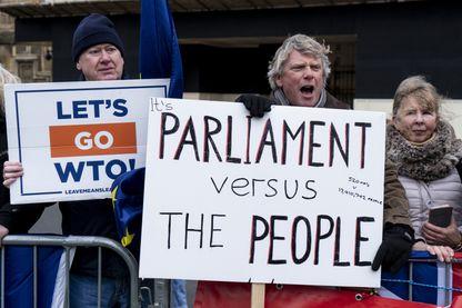 « Le Parlement contre le peuple », proclame ce manifestant pro-Brexit, devant la Chambre des Communes à Londres.