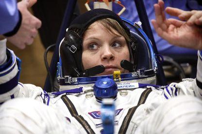 Anne McClain, astronaute de la NASA, lors d'une vérification de combinaison spatiale avant le lancement de l'équipage de l'ISS Expedition 58/59 vers la Station spatiale internationale (décembre 2018)