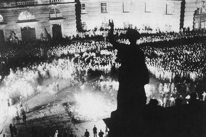 """Une foule de 40 000 spectateurs regarde des livres """"non-allemands"""" écrits par des auteurs considérés comme non-conformes à l'idéologie nazie, brûlés sur l'Opernplatz, à Berlin, le 10 mai 1933."""