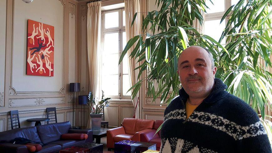 Fabrice Martinez-Tocabens l'élu d'Avignon en charge de l'environnement après sa conférence de presse dans le salon de réception du Maire