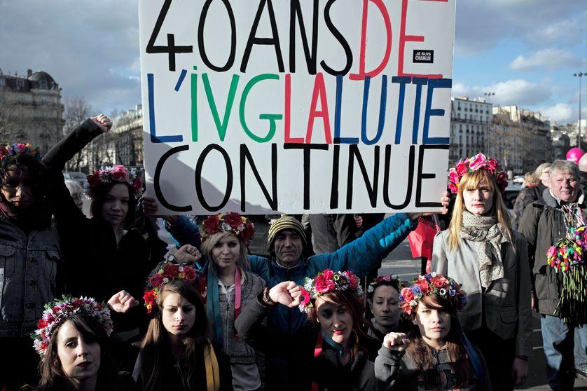 Photo de manifestants mobilisés pour la défense du droit des femmes et pour améliorer leur accès à l'avortement, 40 ans après le vote de la Loi Veil, ayant permis de légaliser l'IVG en France. Photo prise à Paris le 17 janvier 2015.