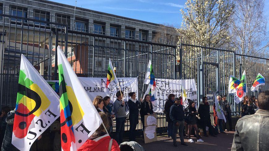 Les Accompagnants d'Eleves en Situation de Handicap ont manifesté devant le rectorat à Limoges ce mercredi. Ils réclament plus de considération et un véritable statut.