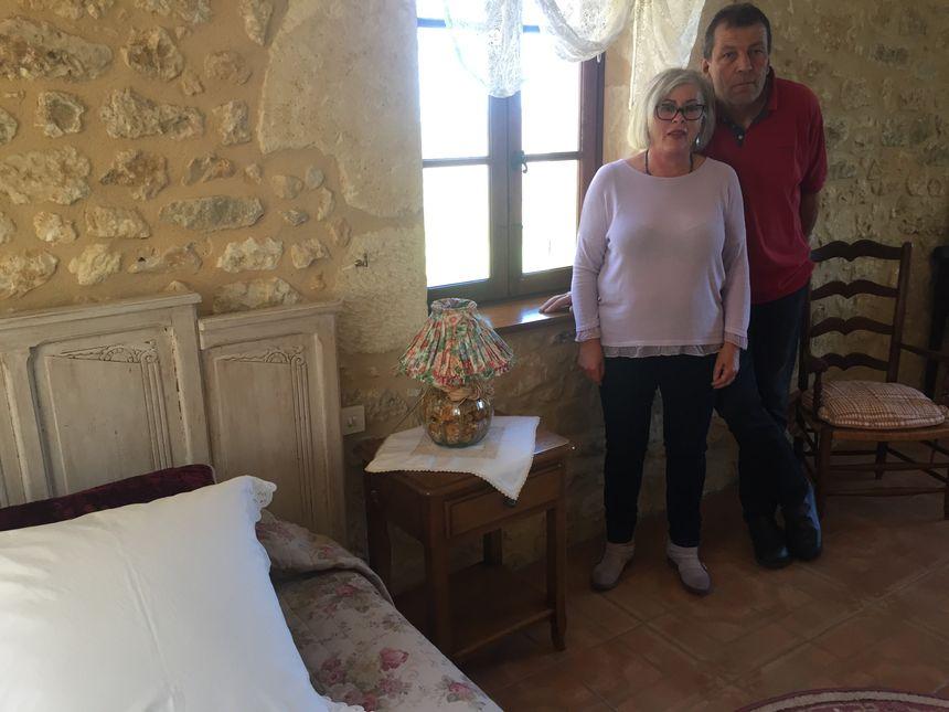Brigitte et Christophe Demasougne dans leur maison à vendre
