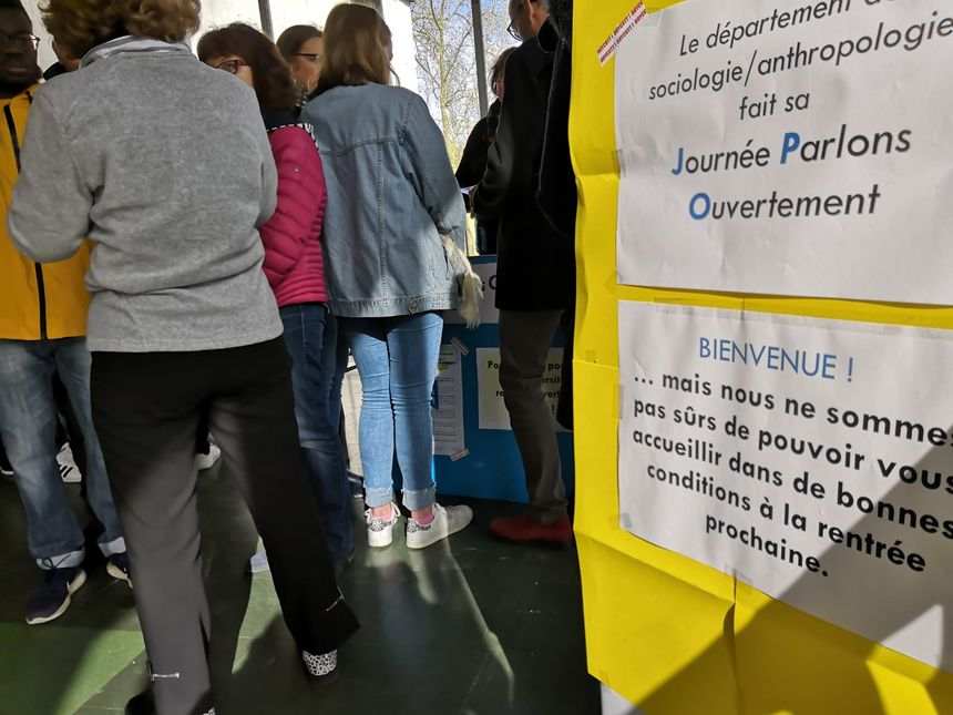 Sur le stand du département aux journées portes ouvertes, les professeurs et les étudiants alertent les visiteurs.