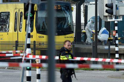 Des policiers et des secours s'affairent autour du tramway où un homme a ouvert le feu ce matin à Utrecht aux Pays-Bas (18 mars 2019)