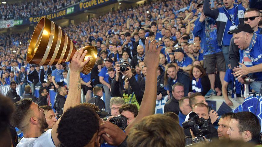 Les footballeurs strasbourgeois présentent la Coupe de la Ligue aux supporters.