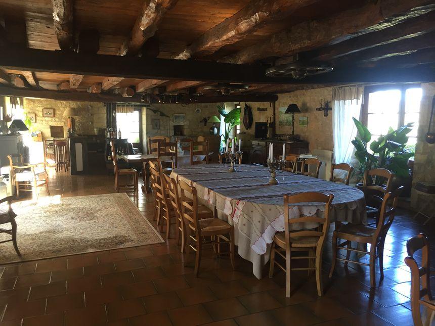 La salle à manger entièrement rénovée, fait plus de 110 mètres carrés