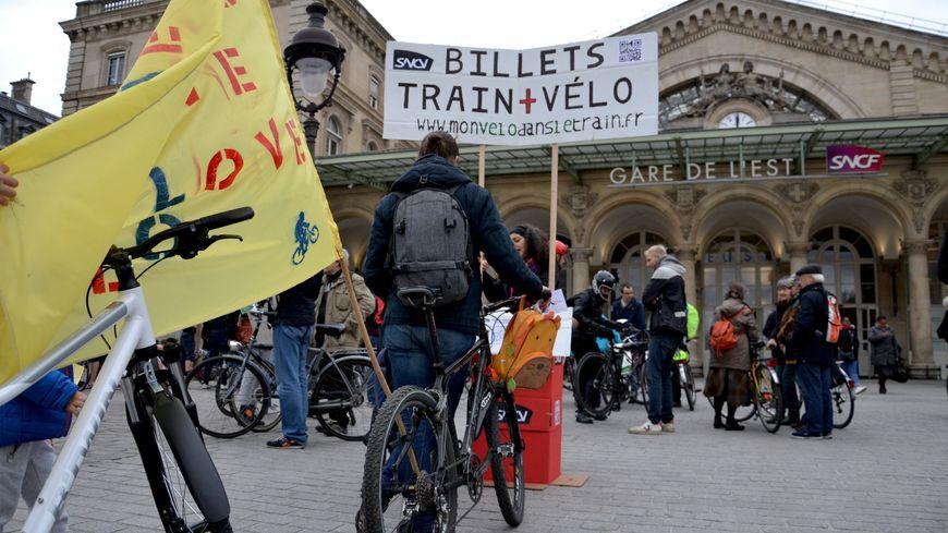 Un faux guichet installé gare de l'Est à Paris pour réclamer plus de places pour les vélos dans les trains.