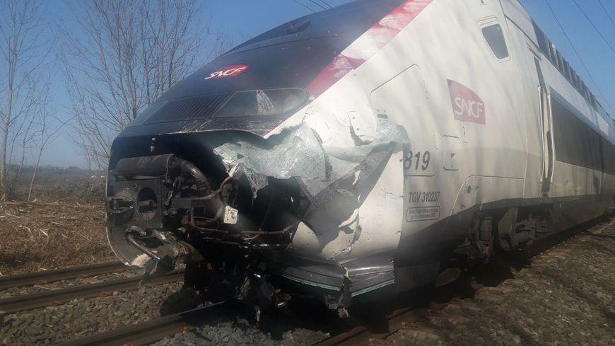 Le TGV accidenté après la collision avec un véhicule au niveau du passage à niveau de Saint-Jean-de-Soudain