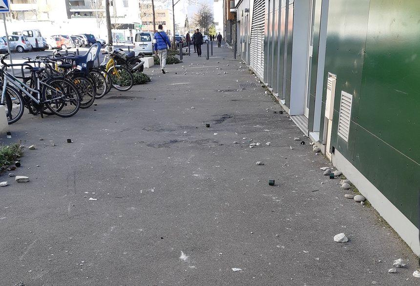 Au lendemain d'une 3e nuit d'émeutes, des pierres et douilles de lacrymogènes au sol