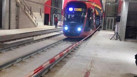 le tramway arrivant à la station Alsace Lorraine
