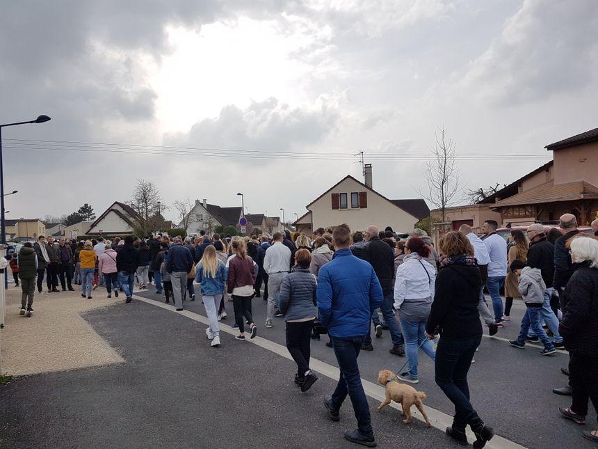 Les rues de Bétheny étaient remplies pour la marche blanche en hommage à Bastien Payet. Des membres de la famille, des amis, des connaissances, des anonymes...