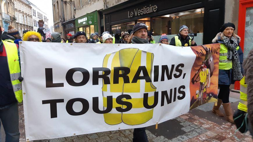 """Manifestation des gilets jaunes à Metz (Moselle) pour un acte VII le 29 décembre 2018. Une banderole """"Lorrains, tous unis""""."""