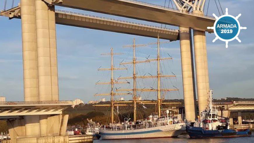 Le Mir est passé sous le pont Flaubert à Rouen juste avant 9h.