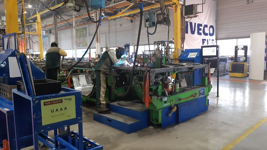 Atelier de soudure dans l'usine Iveco Bus à Annonay (Ardèche)