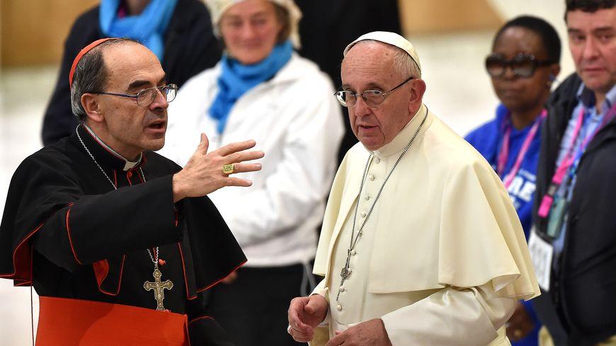 Le cardinal Barbarin (à g.) et le pape François (à d.), ici en novembre 2016.