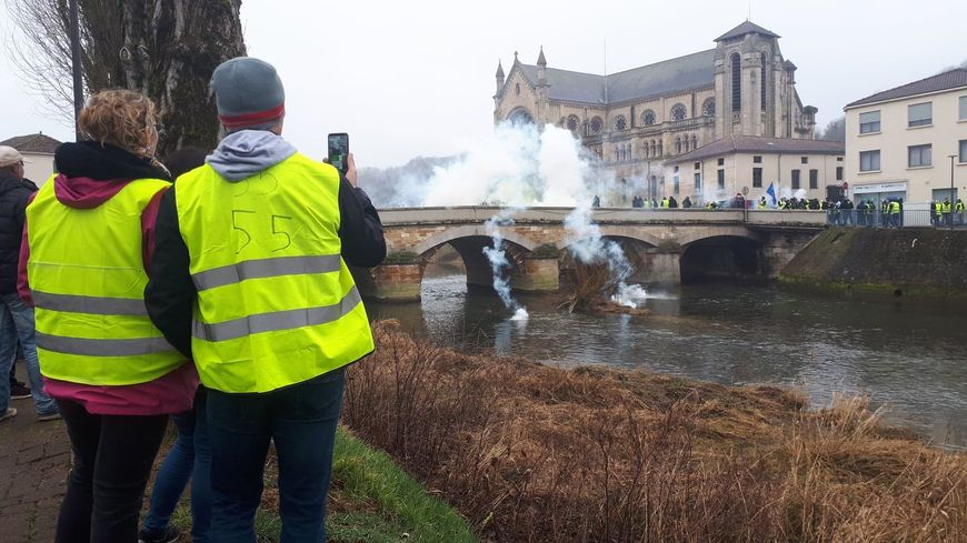 Tirs de gaz lacrymogènes à répétition sur le Grand Pont Neuf à Bar-le-Duc