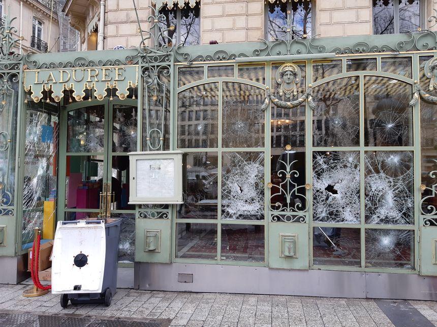 Malgré les dégâts sur la devanture, cette boutique était quand même ouverte ce dimanche sur les Champs-Elysées.