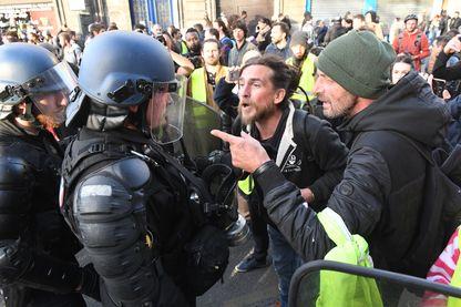 Des manifestants lors des marches des Gilets Jaunes face à un membre des forces de l'ordre, à Bordeaux, le 2 mars 2019.