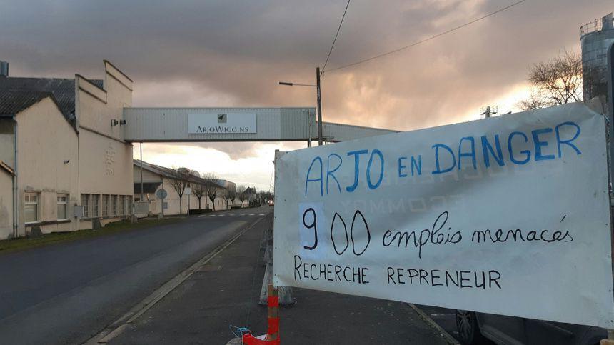 La première banderole est en place devant l'usine Arjowiggins de Bessé-sur-Braye.