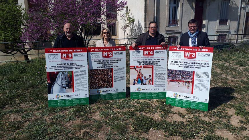 Les membres de Manianimes devant 4 des 16 panneaux qui seront affichés dans les bars et restaurants de Nîmes