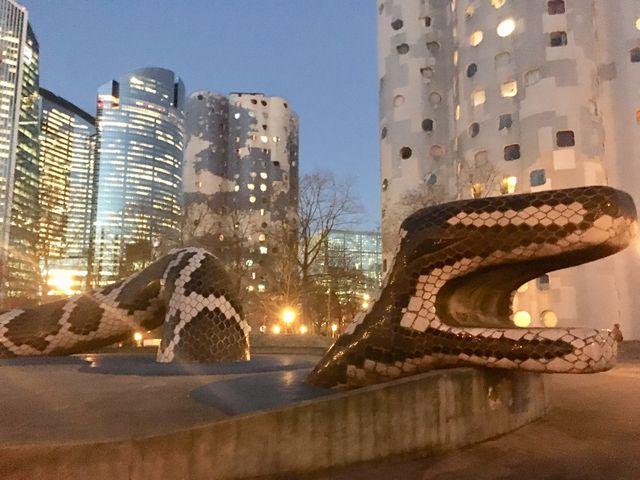 Entre chaque bâtiment : des éléments de jeux et de décoration. Ici un immense serpent, là une tortue, une demoiselle d'Avignon.