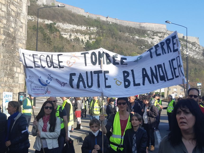 Des enseignants et parents opposés aux réformes Blanquer dans le cortège.