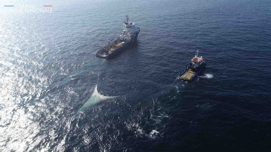 Le BSAA Argonaute et le VSM Kermor ave un barrage hauturier dans la zone de pollution du naufrage du navire de commerce Grande America, BSAA Argonaute le 24 mars 2019.