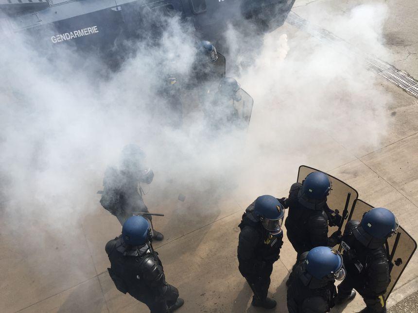Des gendarmes en formation au maintien de l'ordre à Saint-Astier - Radio France