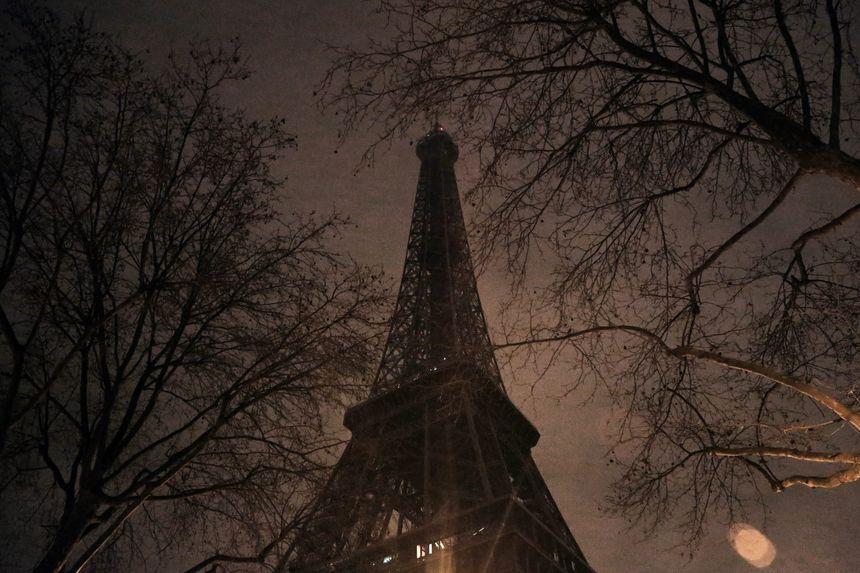 La Tour Eiffel éteinte en hommage aux six victimes de la fusillade à la mosquée de Québec en janvier 2017.
