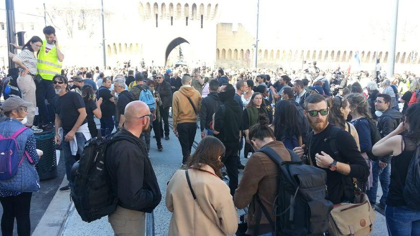 des centaines de manifestants grossissent les rangs